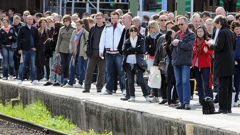 Folk som väntar på en tågperrong. Foto: Johan Nilsson/Scanpix