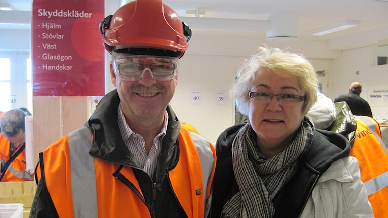 Eva Borg och hennes man Pelle provar ut säkerhetsutrustning innan de ska in i tunneln genom Hallandsås. Foto: Gunilla Nordström/Sveriges Radio