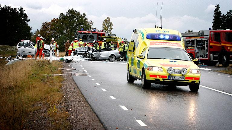 En ambulans vid en trafikolycka. Foto: Stefan Jerrevång/TT