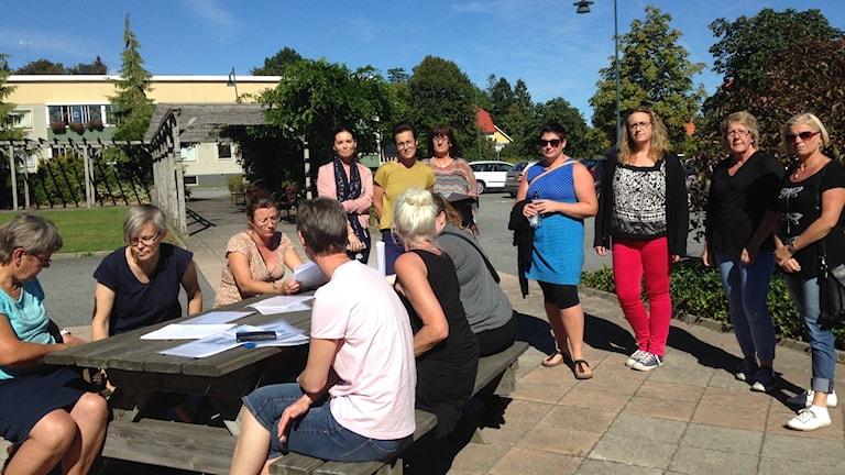 Flera av de boendestödjare och assistenter som kommit till ett möte med Kommunal som sedemera ställdes in.