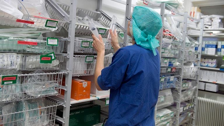 En operationssjuksköterska hämtar operationsmaterial. Foto: Bertil Ericson/Scanpix