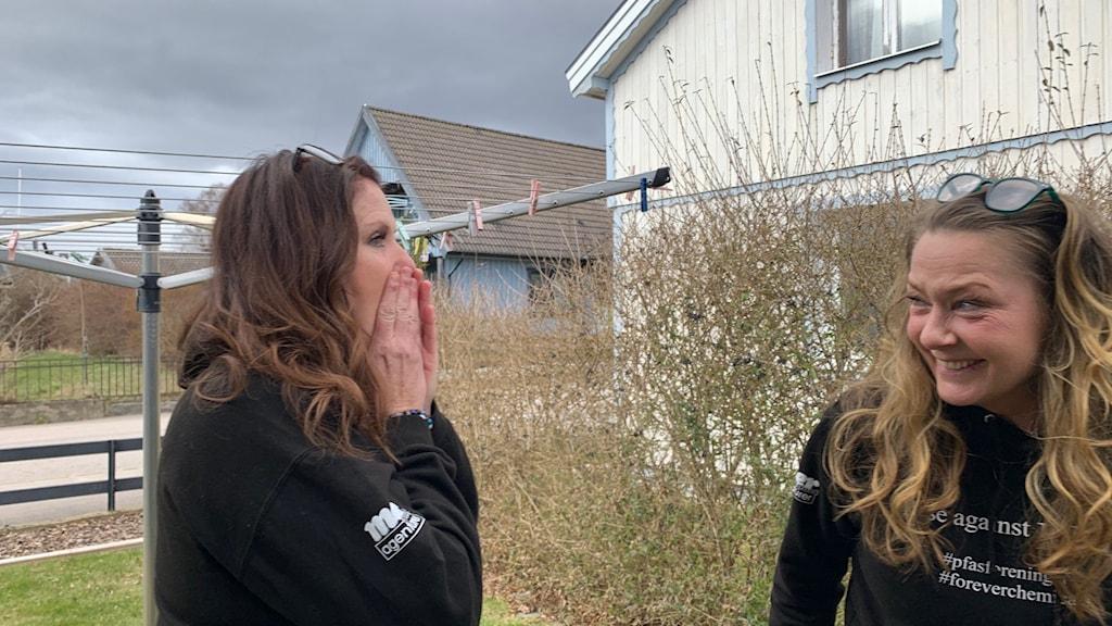 Louise Karlsson och Cecilia Oijens från Pfas-föreningen strax efter att domen om att de har rätt till skadestånd.