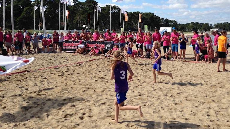Huddinge möter Haninge på beachhandbollen i Åhus