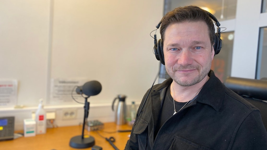 Man i studio med hörlurar