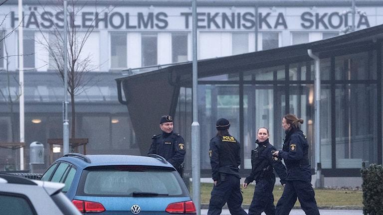 Poliser på plats vid avspärrade Tekniska skolan i Hässleholm. Foto: Johan Nilsson/TT.