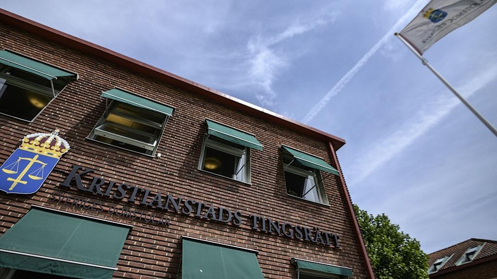 Bild på fasaden på tingsrätten i Kristianstad, en skylt där det står tingsrätten i Kristianstad.
