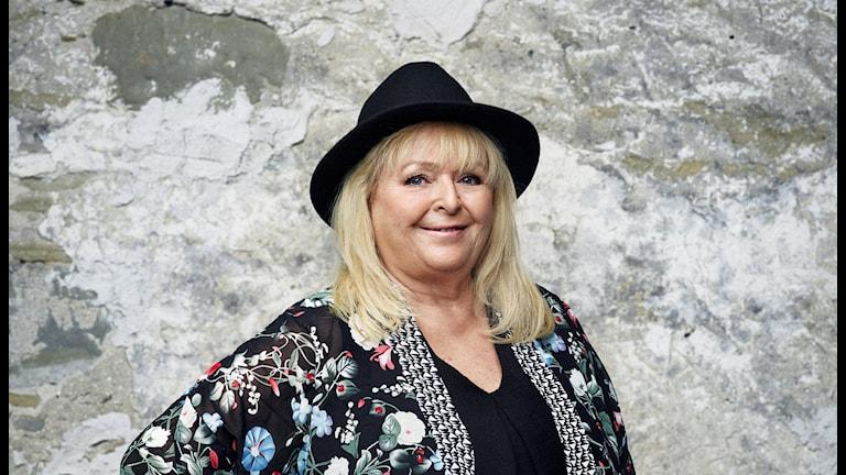 Blond kvinna med hatt.