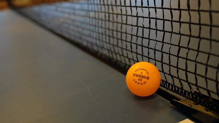 En bordtennisboll vid ett nät. Foto: Rickard Sturesson/Sveriges Radio