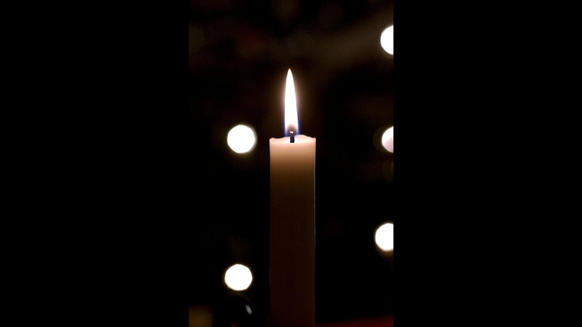 Stearinljus i mörker.