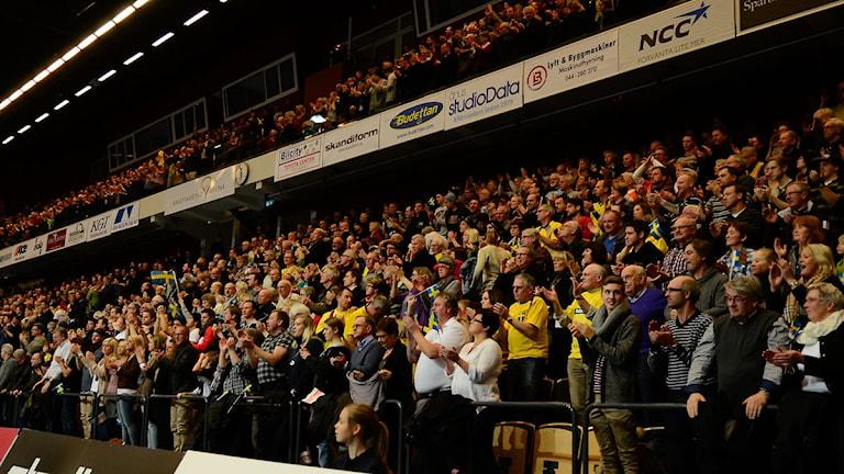 Stående ovationer i ett fullsatt Kristianstad Arena. Foto: Per Lundberg/Sveriges Radio