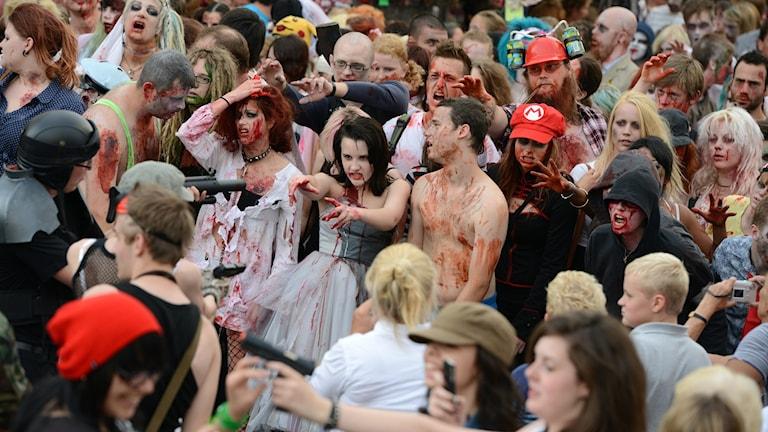 """Så kallad """"zombiewalk"""" i Malmö för några år sedan. Om sådana här personer invaderar stan vet zombieöverlevnadsexperten Herman Geijer vad han ska göra."""