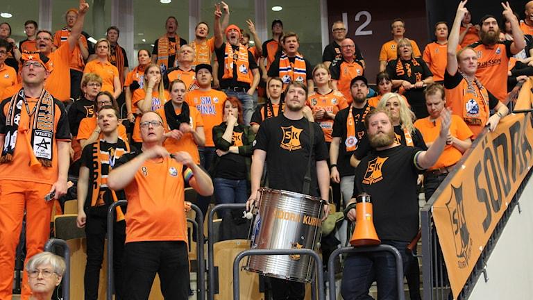 Orangeklädda supporters på en läktare.
