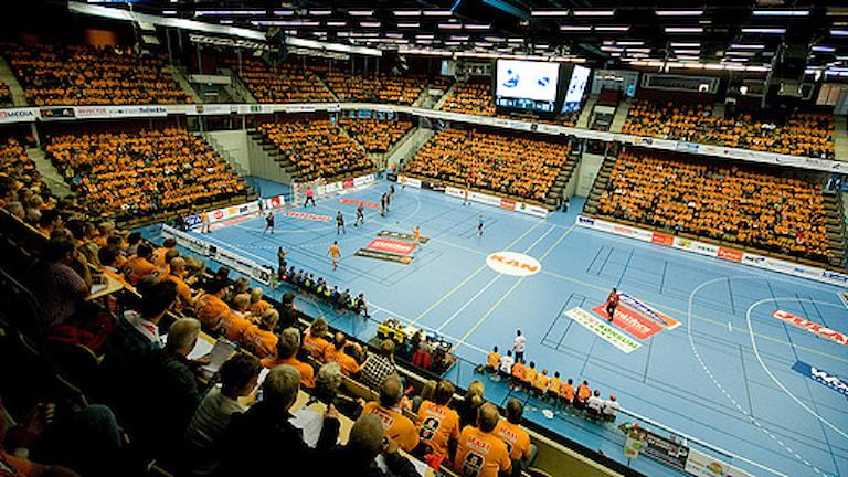Arenan i Kristianstad. Fullsatt med orangea IFK Kristianstadsfans. Foto: Johan Pettersson/Sveriges Radio