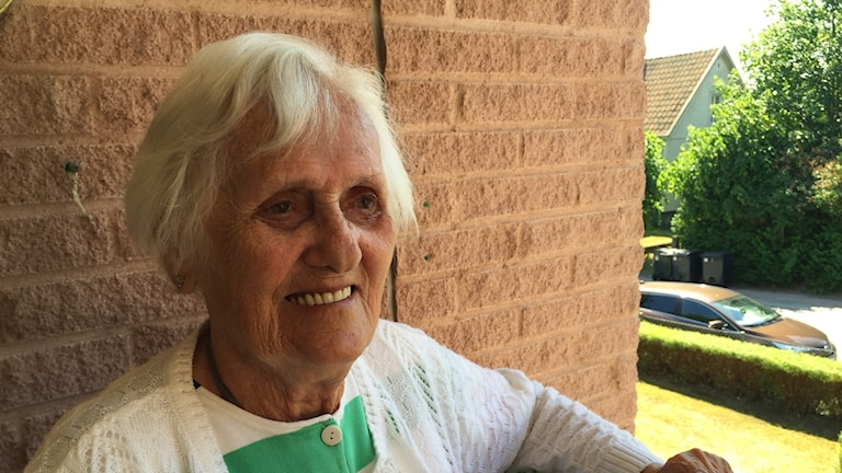 Äldre kvinna på en balkong