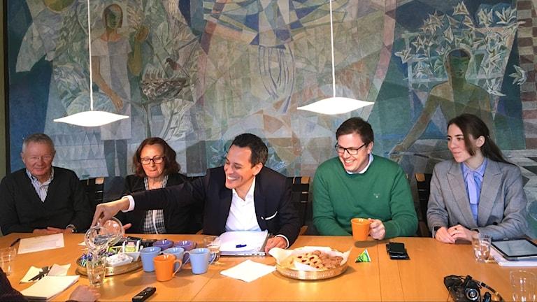 Lundastyret med Börje Hed från FNL, Inga-Kerstin Eriksson från C, Philip Sandberg från L, Fredrik Ljunghill fån M, Hedvik Åkesson från KD sitter vid ett bord och fikar.