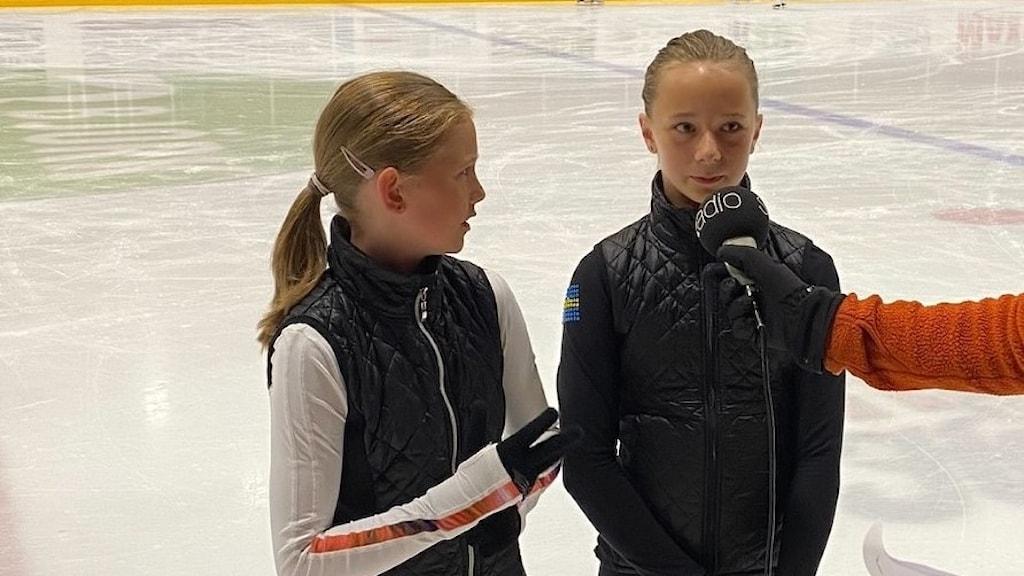 Två flickor på isen i en ishall