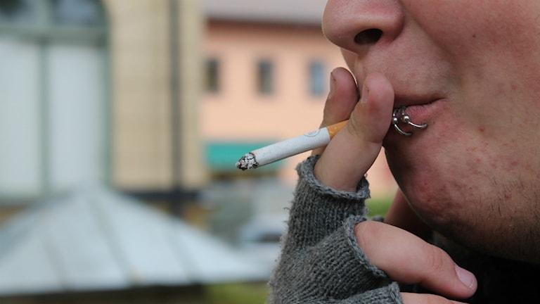 Ung man röker en cigarett. Foto: Rickard Sturesson/Sveriges Radio
