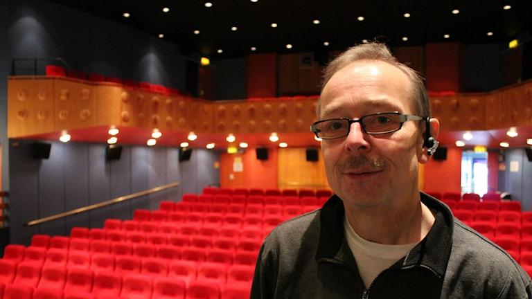 """Maestro. I snart  30 år har """"Bio-Lars"""" jobbat med biografen i Osby. De senaste åren har operasändningarna blivit en allt viktigare inkomstkälla.  Foto: Joachim Sundell /  Sveriges Radio"""