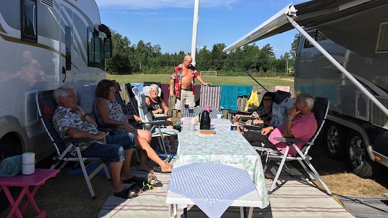 Ett sällskap har rest från Hälsingland för att spela bilbingo.