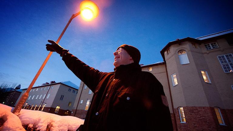 Astronomen Urban Eriksson visar var man skall kolla efter meteorregn imorgon natt