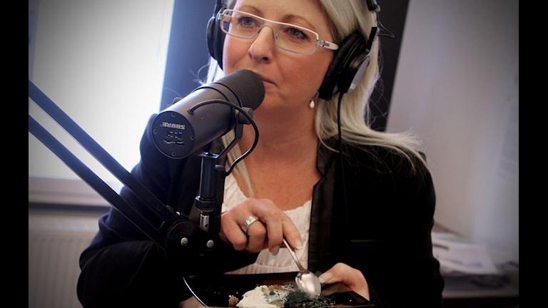 Helene Persson smakar Alexandre Albarets förrätt. Foto: Johanna Darnéus/Sveriges Radio