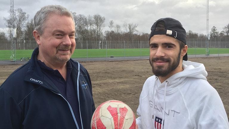 Två män med en fotboll.