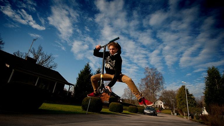 Felix Broo och hans scooter. Eller sparkcykel som mor- och farföräldrar kallar den. Klicka för större bild! Foto: Johan Pettersson/Sveriges Radio