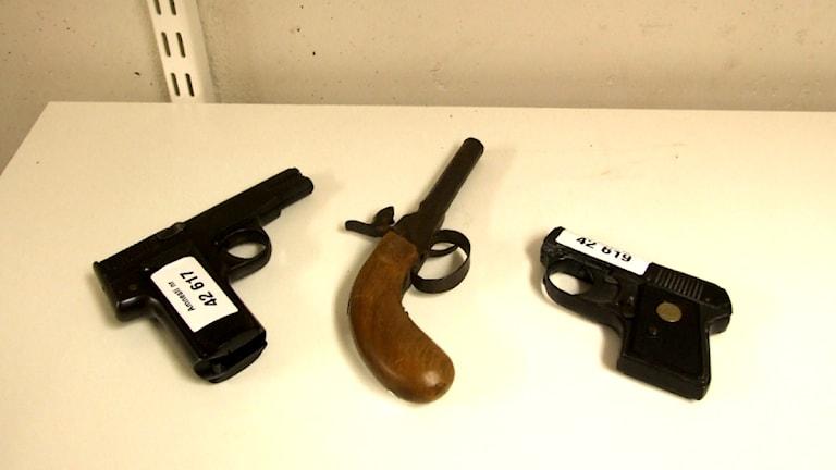 Vapen som lämnas in under amnesti märks med en lapp. Foto: Ted Andersson/Sveriges Radio