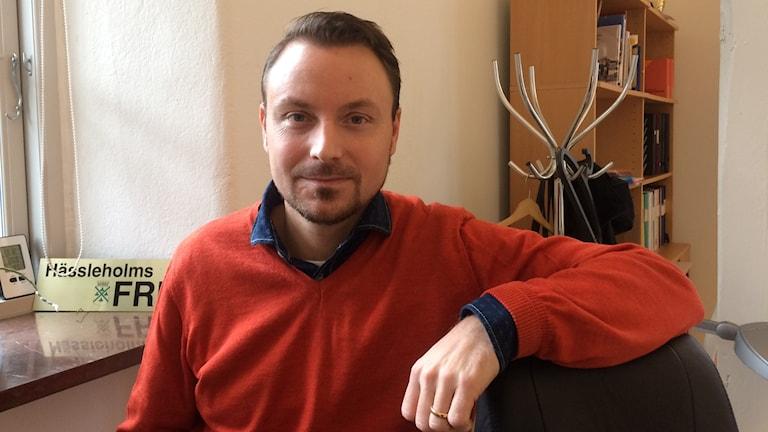 Henrik Samevik är tf fritidschef i Hässleholm men nu återupptäckt som tv-puckenhjälte.