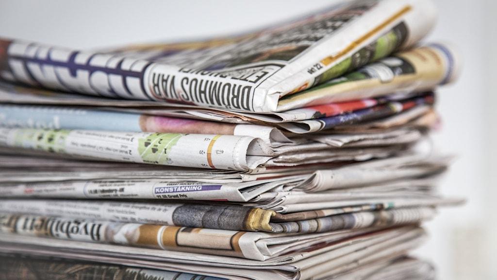 Tidningar i hög.