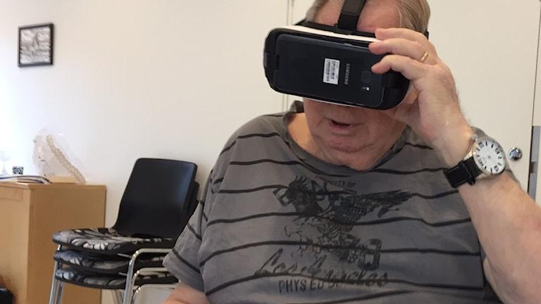 Jan-Åke Larsson med VR-glasögon på