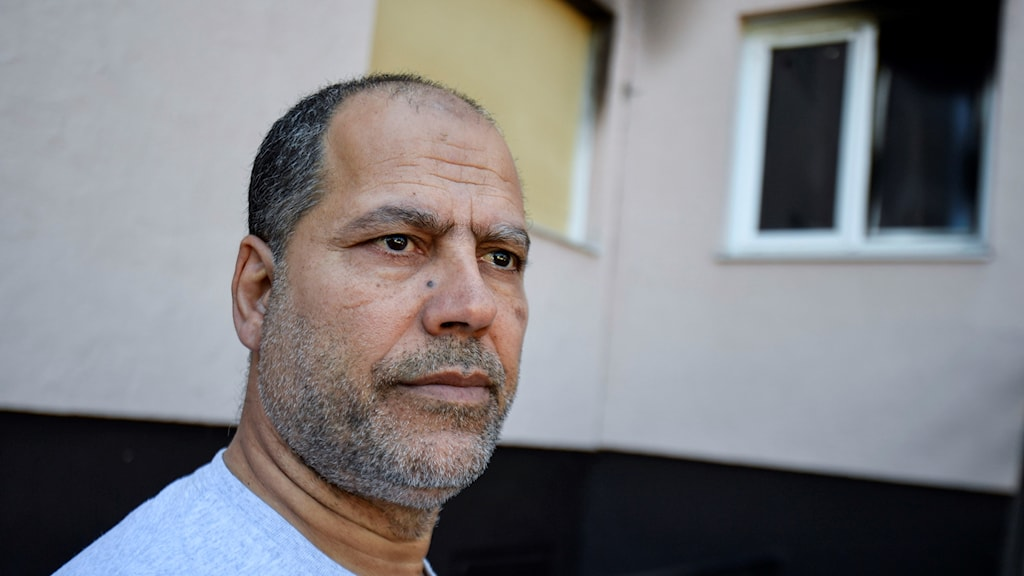 Islamiska Kulturcentrets ordförande Ismail Darragi  utanför den brandhärjade bönelokalen.