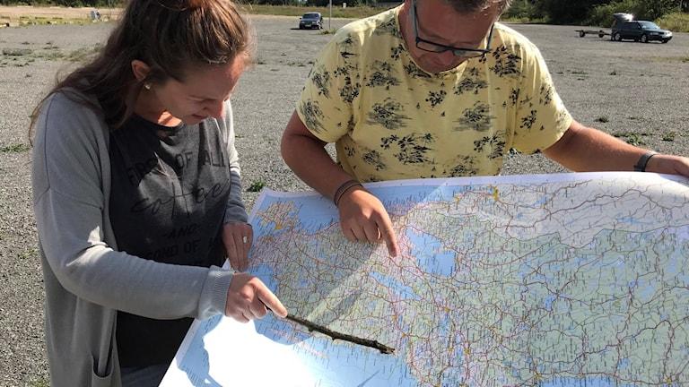 Kvinna och man tittar på karta