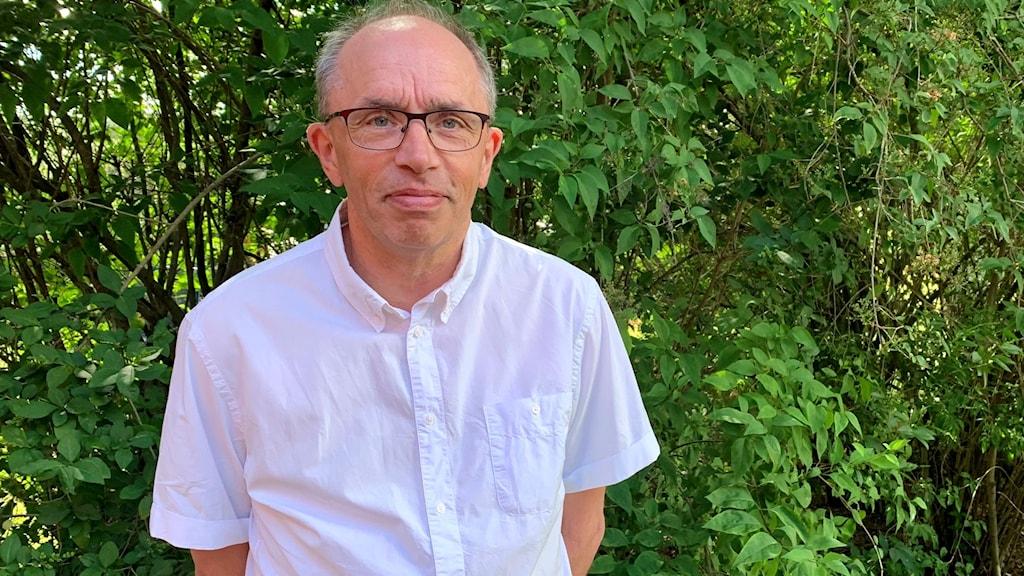 En man i vit skjorta.