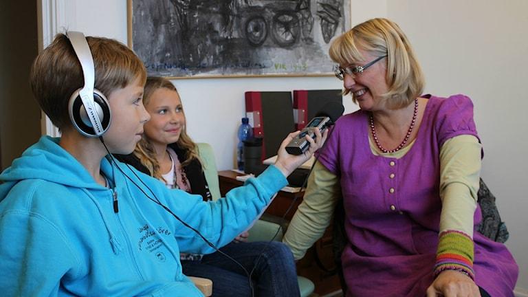 Hannes Wiege och Karna Mårtensson ställde svåra frågor till Simrishamns barnombudsman Marie Lundin. Foto: Sveriges Radio