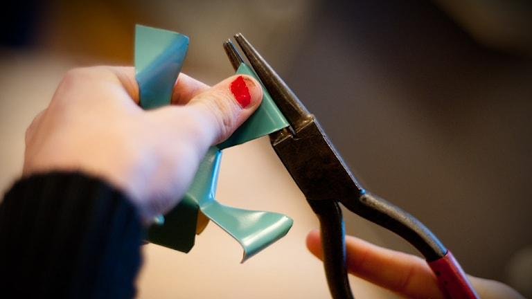 En värmeljushållare i vardande när niondeklassare på Norretullskolan i Kristianstad fick prova på att jobba med plåt. Foto: Johan Pettersson/Sveriges Radio