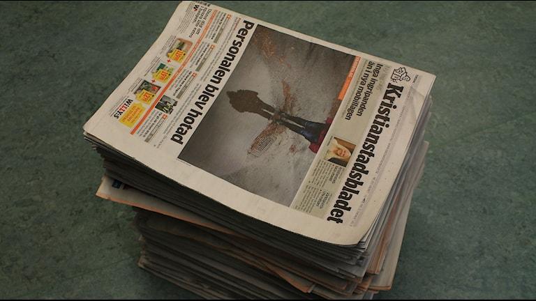 En hög med tidningar, Kristianstadsbladet överst. Foto: Rickard Sturesson/Sveriges Radio