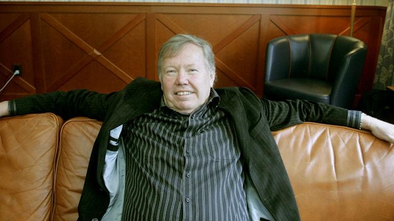 Bert Karlsson i soffa