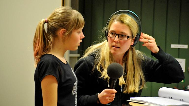 Programledare Jenny Johnsson Roos får en fråga från en elev. Foto: Björn Holgersson/Sveriges Radio