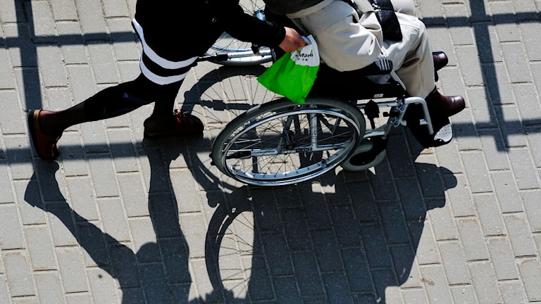 Skugga av en rullstol. Foto Hasse Holmberg/TT