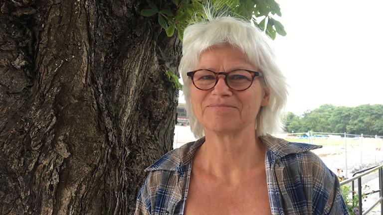 Karin Svensson Smith (mp) står framför ett träd