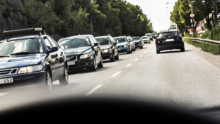 Smal väg med mycket bilar.