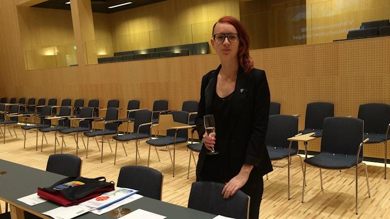 Ida Nilsson (MP) hittade snabbt sin plats i fullmäktigesalen. Foto: Johanna Ravhed/Sveriges Radio