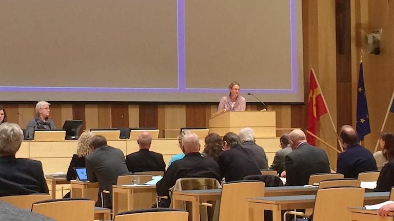 Socialdemokraten Helene Fritzon i talarstolen vid kommunfullmäktigemöte i Kristianstad. Foto: Rickard Sturesson/Sveriges Radio