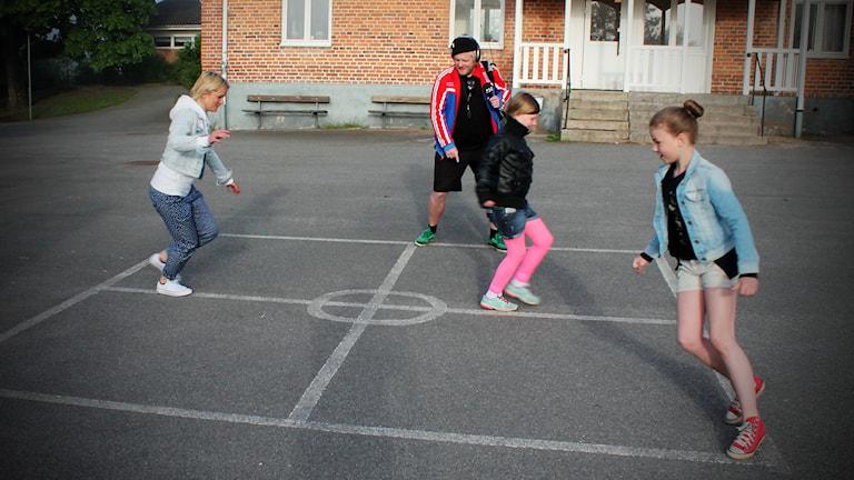 Johan och Zara fick lära sig en ny lek på skolgården. Foto: Björn Holgersson/Sveriges Radio