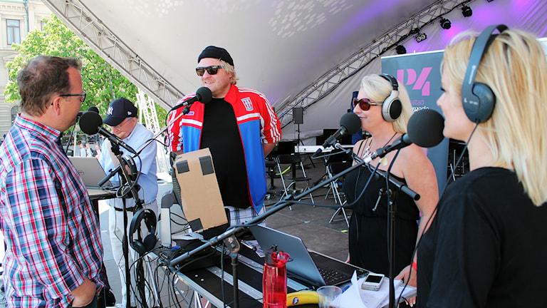 Morgongänget tog chansen att prata lite med Helene uppe på scenen. Foto: Björn Holgersson/Sveriges Radio