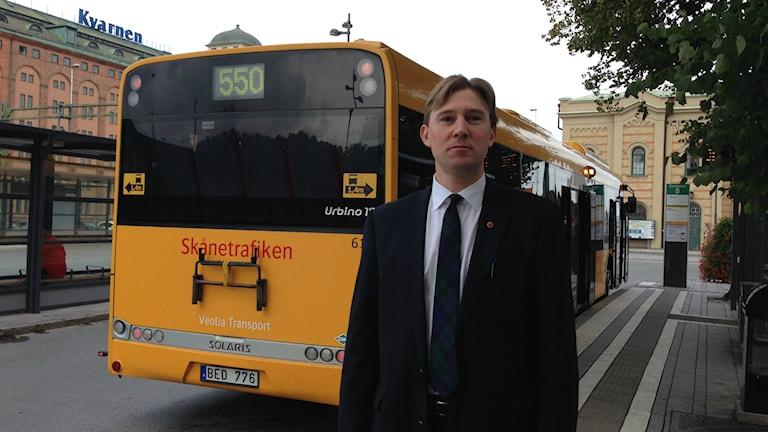 Henrik Fritzon (S) lovar att ta tillbaka flera nedlagda busslinjer. Foto: Linnéa Mattisson/Sveriges Radio