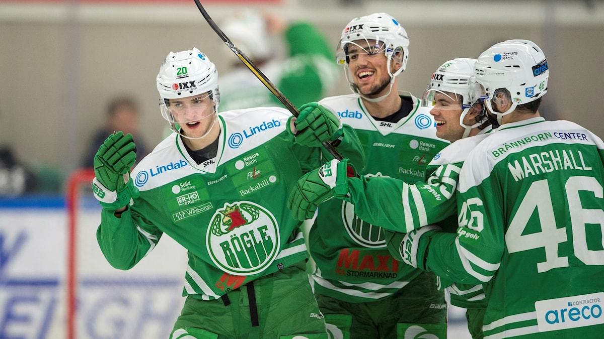 Rögles Mathias From jublar och kramas om av Alen Bibic, Ludvig Elevenes och Kevin Marshall efter 3-1-målet.