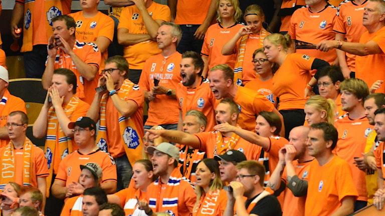 Känslorna svallar i södra kurvan. Foto: Per Lundberg/Sveriges Radio