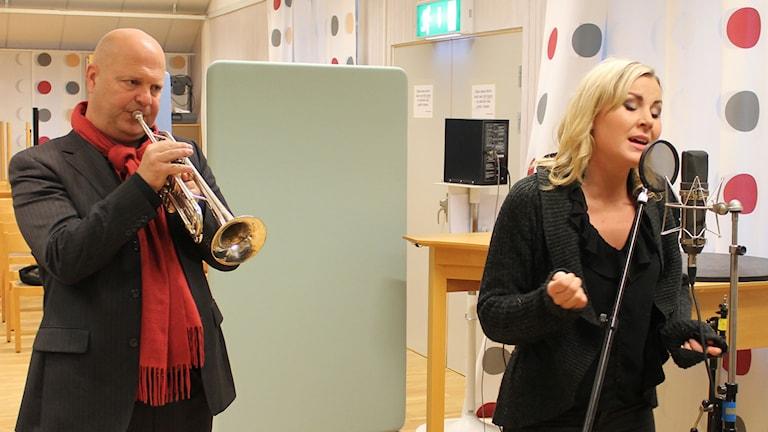 Magnus Johansson och Elisa Lindström i studio 3